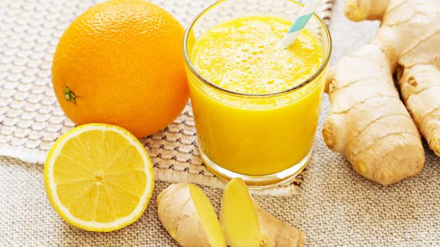 O sumo detox de laranja e limão que ajuda a desinchar