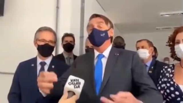 """""""Eu chego como quiser"""". Bolsonaro insulta jornalista por causa de máscara"""