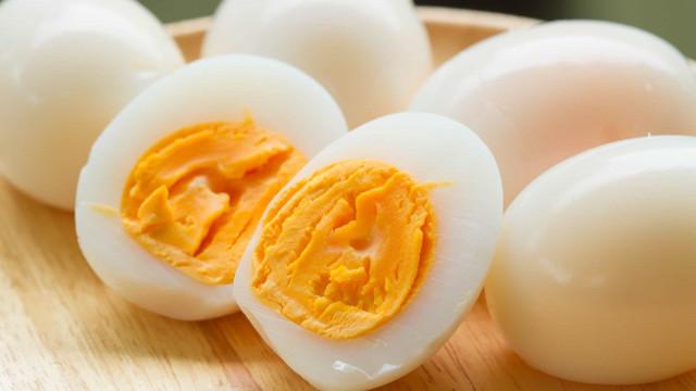 Aprenda a cozer ovos no micro-ondas. Sim, é possível!
