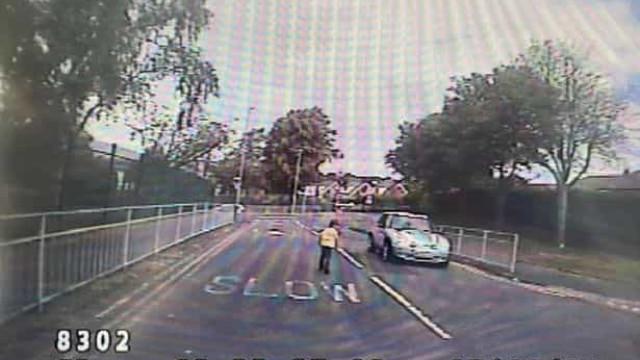 Criança autista de 4 anos foge da creche e é apanhada sozinha na estrada