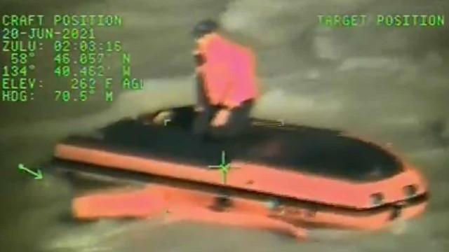 Alasca: Guarda Costeira resgata duas pessoas cujo barco se virou num rio