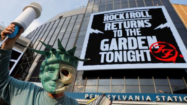 Protesto antivacinas no regresso do rock a Nova Iorque com Foo Fighters