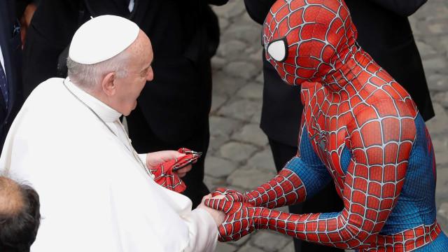 Papa conhece o homem-aranha e recebe máscara do super-herói