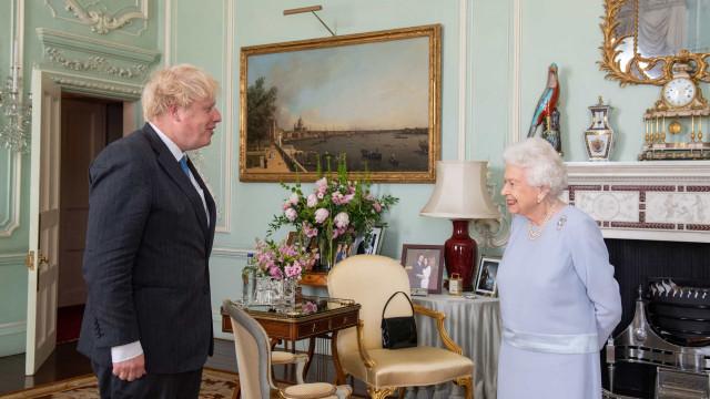 Rainha Isabel II tem uma foto de Meghan e Harry em destaque no palácio