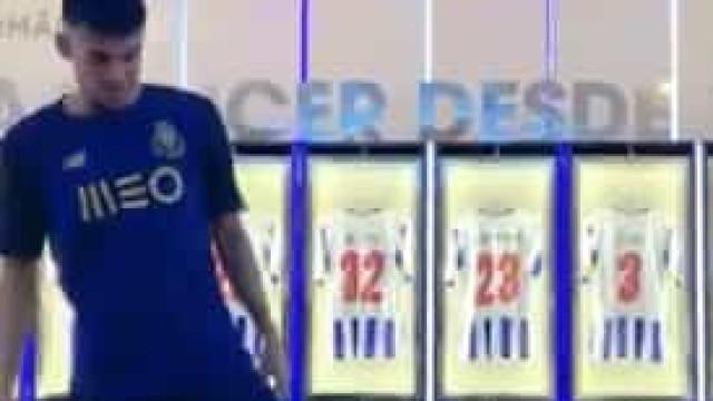 Luis Díaz apresenta a nova camisola do FC Porto com (muita) técnica