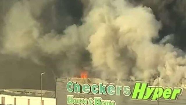 África do Sul. Após roubos, centro comercial é incendiado