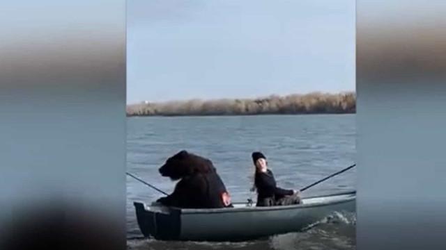 Rússia. Vídeo de urso e dona à pesca em barco torna-se viral
