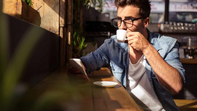 Beber esta quantidade de café por dia eleva risco de demência, diz estudo
