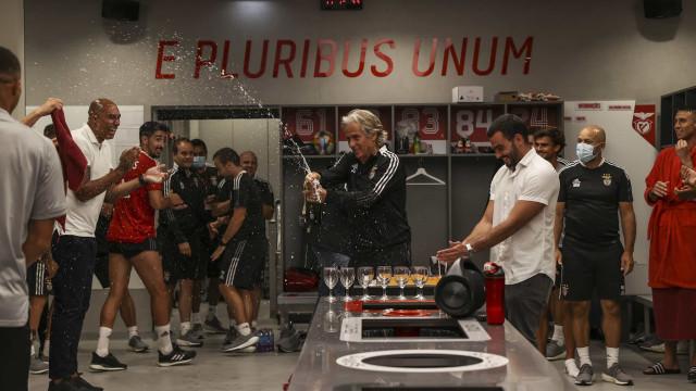 Jorge Jesus fez anos e não faltou espumante no balneário do Benfica