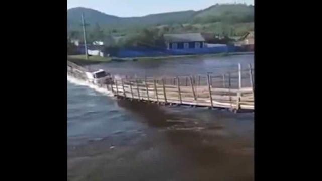 Condutor ignora correntes e acaba por ser arrastado após queda de ponte