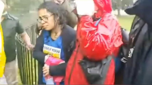 Mulher com t-shirt do Charlie Hebdo é esfaqueada em Londres
