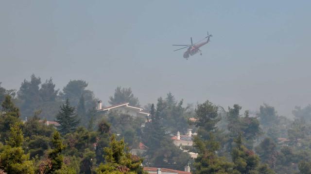 Casas estão a ser evacuadas por causa de incêndio a norte de Atenas