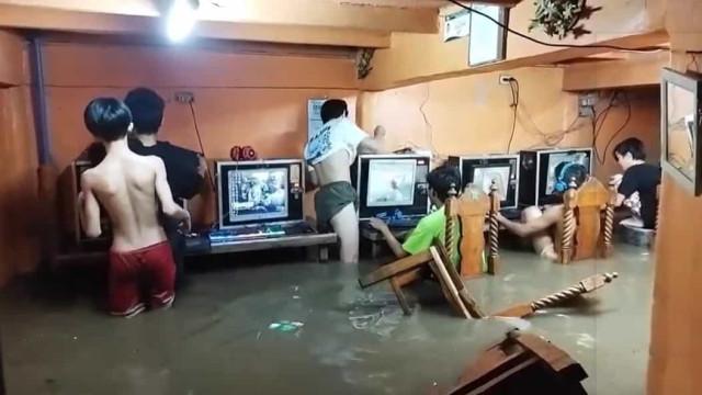 Viciados em jogo online negam-se a parar de jogar mesmo com sala inundada