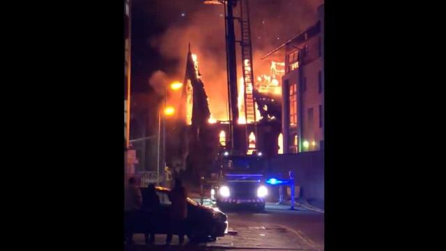 """""""160 anos de história destruídos em minutos"""". Incêndio devasta igreja"""