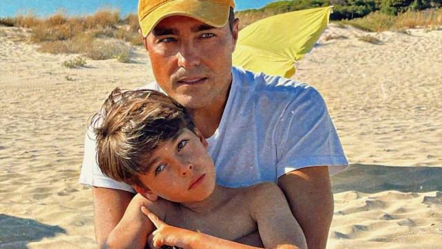 """Ricardo Pereira mostra-se ao lado do filho e diz: """"Minha fotocópia"""""""