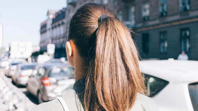 Prender o cabelo. O erro comum que tem mesmo de evitar