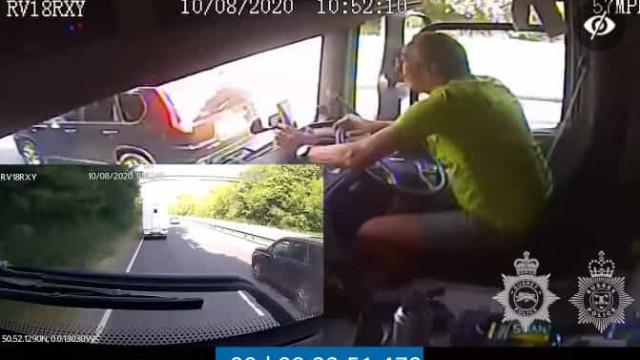Camionista fere três em acidente causado por distração com telemóvel