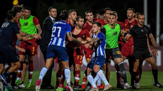 Jogadores de FC Porto e AS Roma 'pegaram-se'. As imagens da confusão
