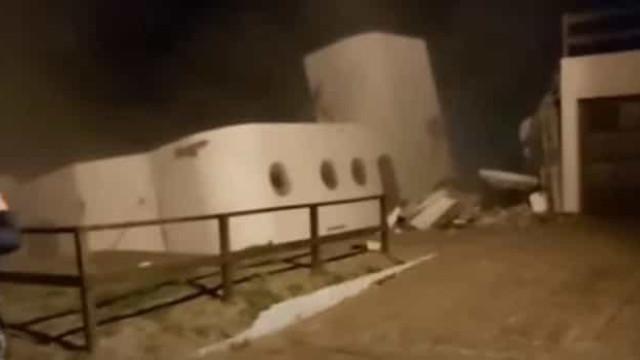 O momento em que uma casa caiu ao mar na Argentina