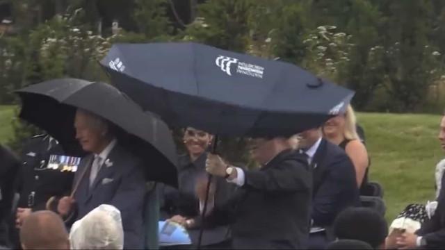 Boris Johnson desentende-se com guarda-chuva e causa riso em memorial