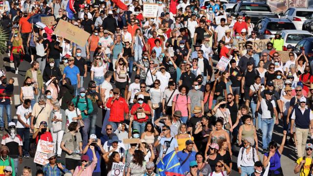 Covid-19: Milhares de franceses protestam contra passe sanitário