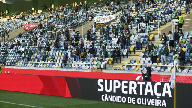 Bancadas de um estádio voltam a ganhar cor: A festa dos adeptos em Aveiro