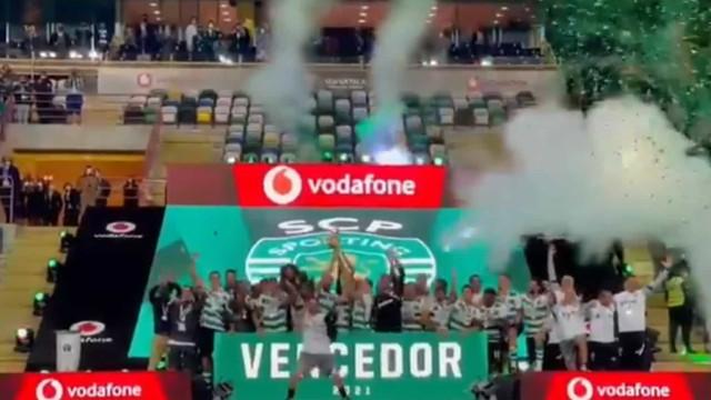 O momento em que o Sporting levanta o troféu da Supertaça