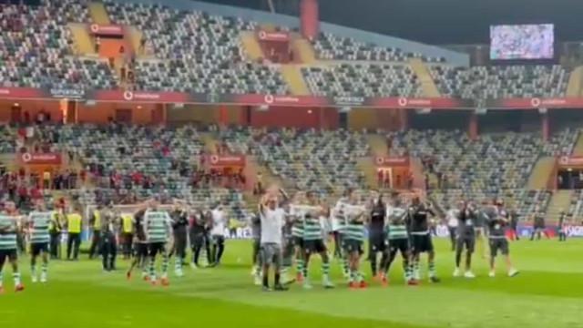 Jogadores do Sporting festejam no relvado e aplaudem adeptos