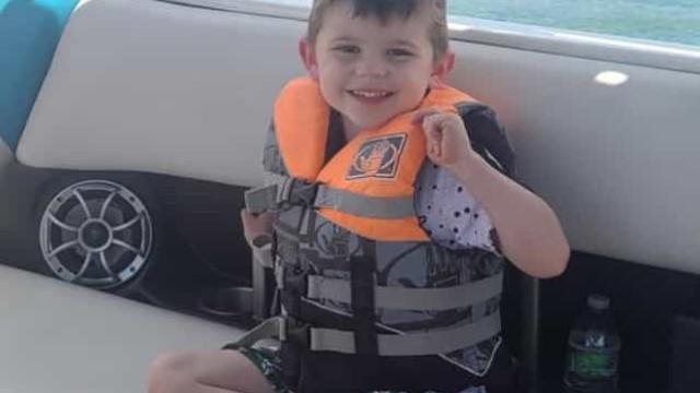 Criança de 4 anos encontrada sem vida dentro de caixa de brinquedos