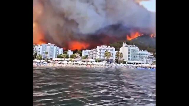 Turistas obrigados a fugir enquanto chamas deflagram junto a resort turco