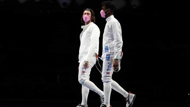 Equipa de esgrima dos EUA usa máscara rosa em protesto contra colega