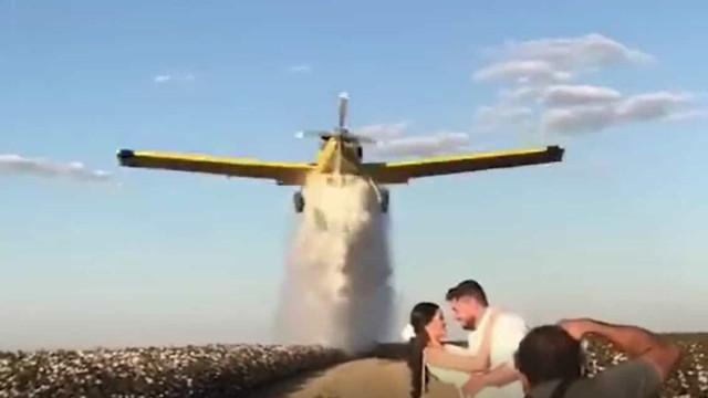 Avião larga 900 litros de água para criar arco-íris em fotos de noivos