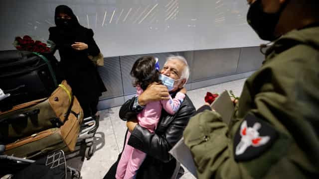 Fim de restrições de voos permitiu a avós abraçarem netos 18 meses depois