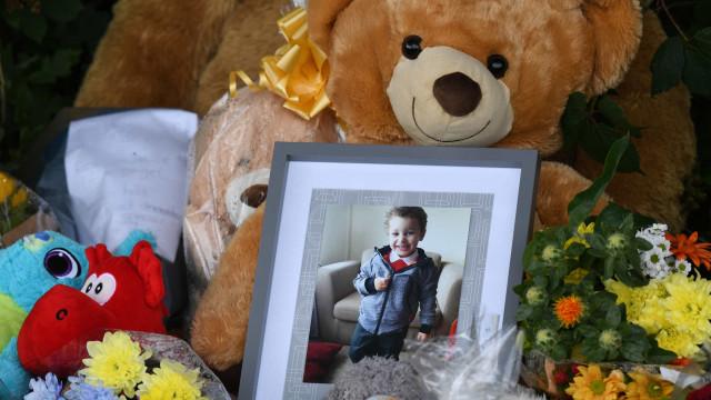Identificado menino retirado de rio no Reino Unido. Homenagens sucedem-se