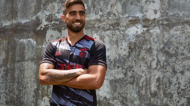 Benfica apresenta terceiro equipamento para 2021/22
