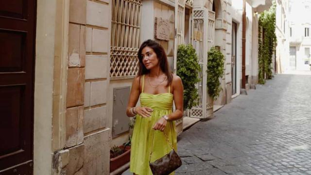 Mia Rose viaja até Roma para férias na companhia de amigos