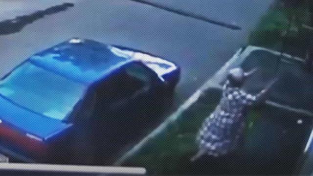 Mulher apanha bebé que cai de janela do segundo andar de um prédio