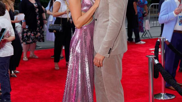 Blake Lively e Ryan Reynolds cúmplices na passadeira vermelha de evento