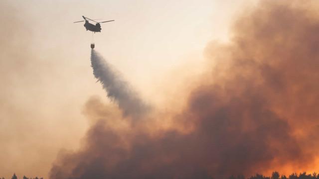 Bombeiros esperam controlar incêndio perto de Atenas nas próximas horas