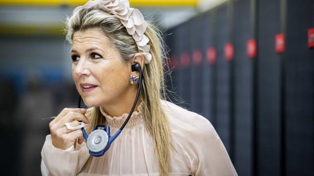 Rainha Maxima aparece em público com ligadura no pulso