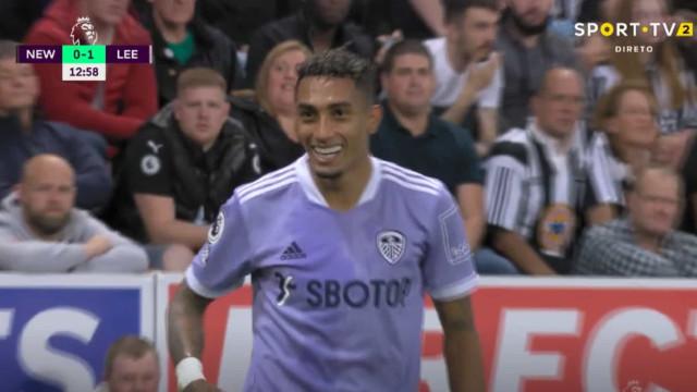 Raphinha, ex-Sporting, marcou ao Newcastle e... desatou a rir-se