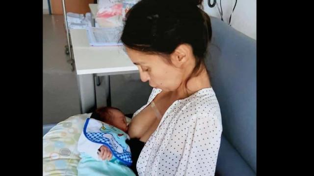 Sarah Talbi nasceu sem braços. Hoje é mãe e faz tudo como qualquer pessoa