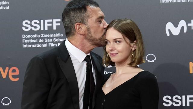 Antonio Banderas posa com a filha em red carpet de festival de cinema