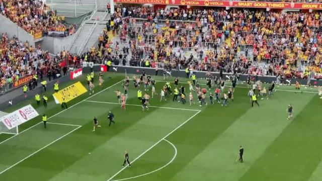 Ultras invadiram o relvado e adiaram o retomar do Lens-Lille