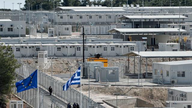 """Grécia inaugura campo """"fechado"""" para migrantes que faz lembrar uma prisão"""