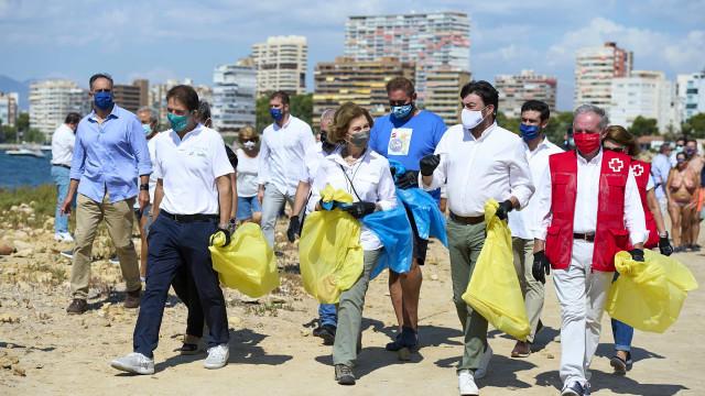 Rainha Sofía colabora com campanha e junta-se na limpeza das praias