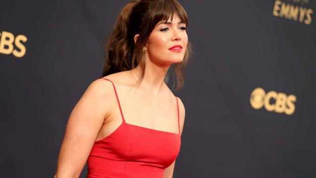 Mandy Moore sozinha nos Emmys após marido ficar em quarentena