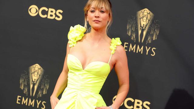 Kaley Cuoco sozinha nos Emmys durante divórcio de Karl Cook