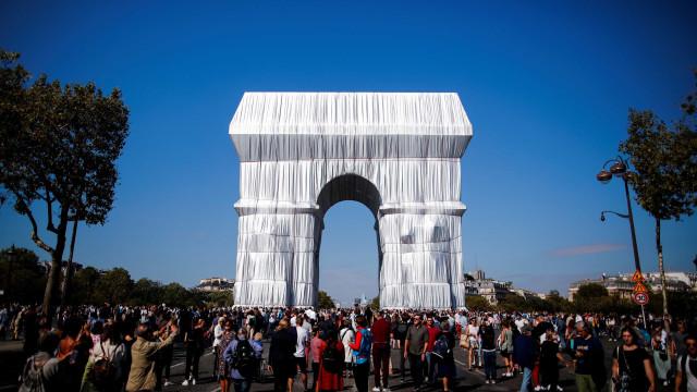 Arco do Triunfo coberto em instalação póstuma criada pelo artista Christo