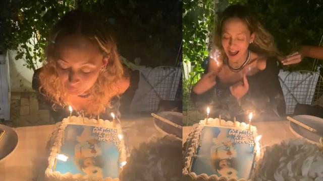 Nicole Richie queima acidentalmente o cabelo enquanto apaga velas do bolo